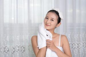 女人正在擦她的臉
