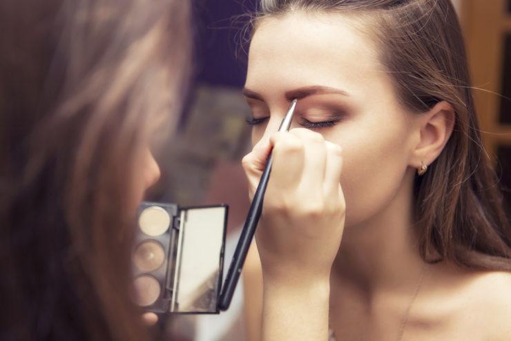 化妝的女人